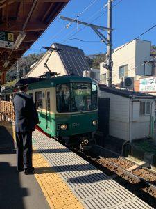 電車を待つスタッフ